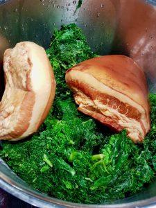 Noch grasgrün: Grünkohl und Schweinebacke zu Kochbeginn.