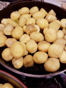 Bratkartoffeln in der gusseisernen Pfanne.