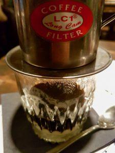 Vietnamesischer Kaffee: Der Kaffee tröpfelt langsam in die süße Kondensmilch
