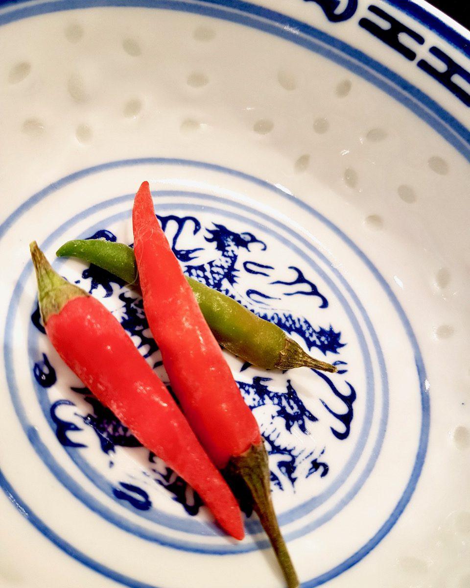 Gefrorene Thai Chilis in einer Schale.